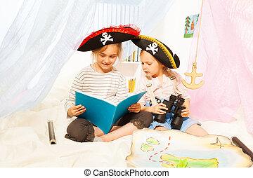 dos niñas, en, pirate's, trajes, lectura, cuento de hadas