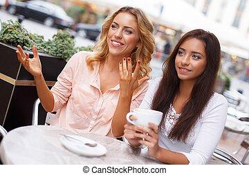dos, niñas hermosas, con, tazas, charlar, en, verano, café
