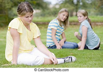 dos, niñas jóvenes, intimidar, otro, niña joven, aire libre