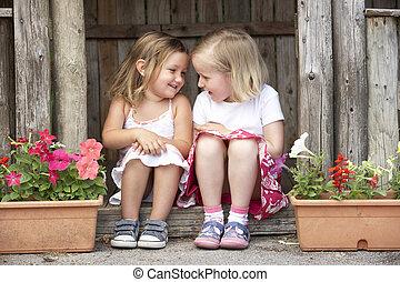 dos, niñas jóvenes, juego, en, casa de madera