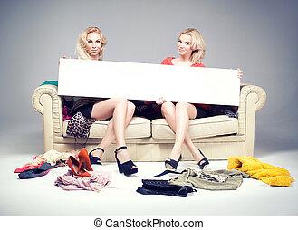 dos niñas, posar, con, vacío, board.