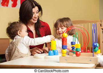 dos, niñas, y, maestra, en, jardín de la infancia