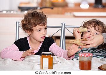 dos niños, desayunándose