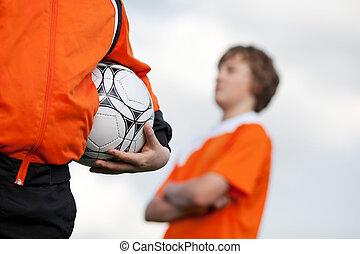 dos niños, en, instrucción fútbol