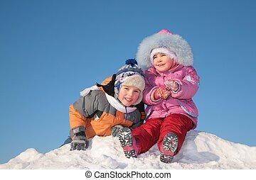 dos niños, en, nieve, colina
