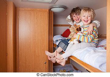 dos niños, en, un, caravana