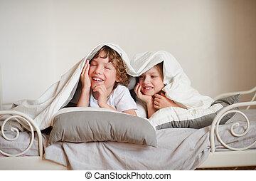 dos niños, hermano y hermana, squirmy, en la cama, en, el, bedroom.