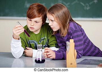 dos, niños jóvenes, estudiar, química