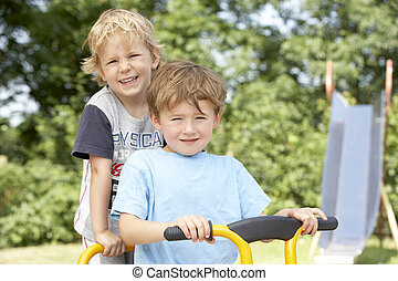 dos, niños jóvenes, juego, en, bicicleta