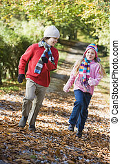 dos niños, juego, en, bosque