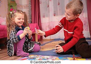 dos niños, juegue tarjetas, en, playroom