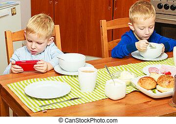 dos niños, niños comer, desayuno, en casa