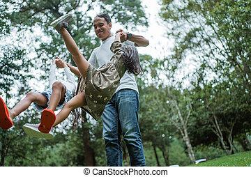dos, padre, asiático, arriba, hija, columpio, ambos, ...