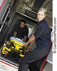 dos, paramédicos, alegremente, el quitar, vacío, gurney, de, ambulancia