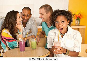 dos parejas, cenar fuera