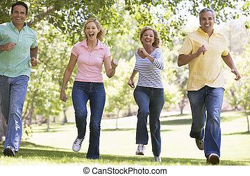 dos parejas, corriente, aire libre, sonriente
