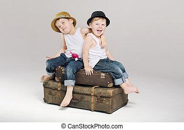 dos, pequeño, hermanos, sentado, en, el, maletas