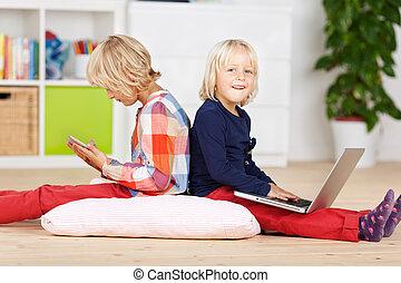 dos, pequeño, niñas jóvenes, utilizar, un, computador portatil, y, tableta
