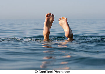 dos, piernas, en, agua de mar, todavía, superficie