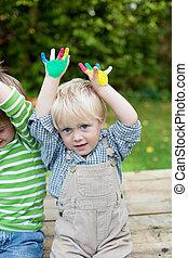 dos, poco, niños, actuación, su, coloreado, manos