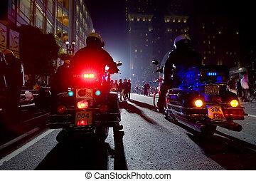 dos, policías, en, motocicletas, en, un, noche, city.