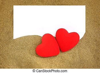 dos, rojo, corazones, con, blanco, tarjeta, en, arena