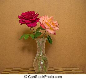 dos, rosas, en, un, florero, contra, grunge, plano de fondo