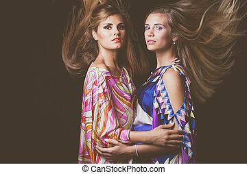 dos, rubio, mujeres jóvenes, belleza, moda, retrato, con, pelo, en el movimiento