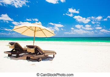 dos, sillas de playa, y, paraguas, en, arena, playa., vacaciones