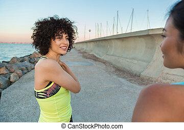 dos, sonriente, condición física, mujeres, descansar, después, jogging, aire libre