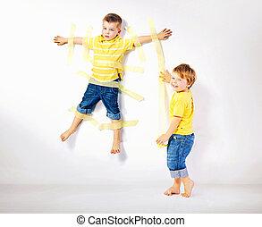 dos, sonriente, hermanos, jugar juntos