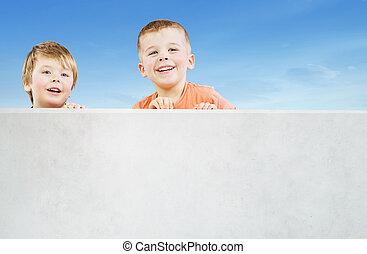 dos, sonriente, hermanos, mirar fijamente, en, algo, interesante