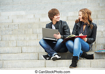 dos, sonriente, joven, estudiantes, aire libre