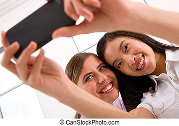 dos, sonriente, mujeres jóvenes, toma, autorretrato