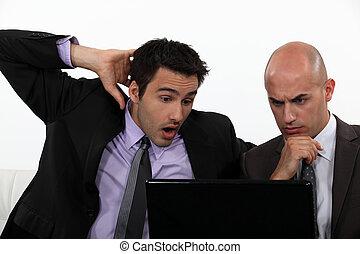dos, sorprendido, oficinistas, tenencia, computador portatil