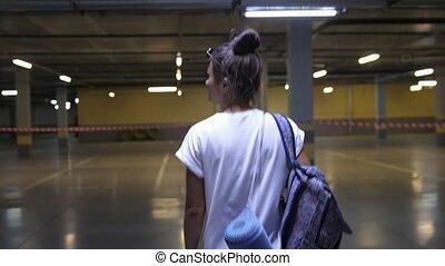 dos, stationnement, intérieur, girl, ville, adolescent dehors, marche, mouvement, yoga, sport, mat., concept., lent, garage., femme, vue., style de vie, urbain, tenue, sac à dos
