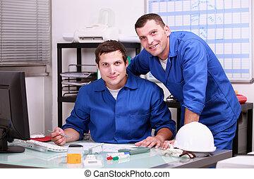 dos, técnicos, trabajando, en, oficina