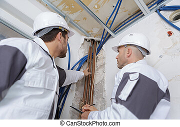 dos, técnicos, verificar, el, aire acondicionado, en, el, techo