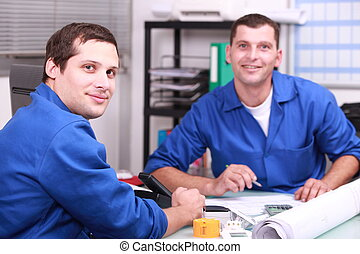 dos, trabajador manual, en, la oficina, verificar, acción, niveles