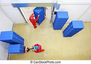 dos, trabajadores, carga, plástico, cajas