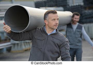 dos, trabajadores construcción, en, sitio, tenencia, tubo