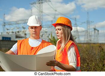 dos, trabajadores, en, poder eléctrico, station.