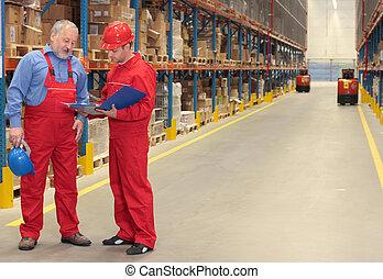 dos, trabajadores, en, uniformes, en, almacén