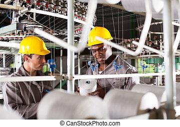 dos, trabajadores textiles, en el trabajo