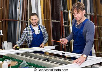 dos, trabajadores, trabajando, con, ventana, perfiles