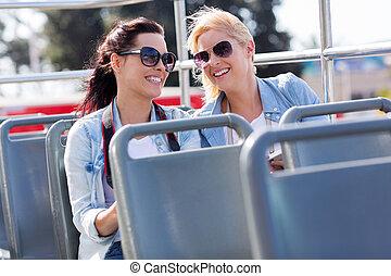 dos, turistas, el gozar, cima abierta, autobús, viaje, en la ciudad