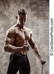 doskonały, ciało, samiec, łańcuch, capstrzyk, straszliwy, -, bodybuilder, utrzymywać, posing.