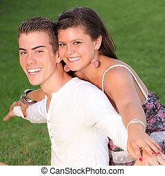 doskonały, uśmiecha się, para, szczęśliwy, piggyback