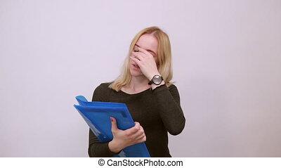 dossier, elle, figure, tient, main, girl, fatigué, touchers, documents
