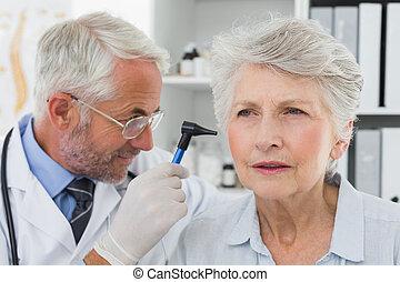 dottore, esaminare, anziano, paziente, orecchio